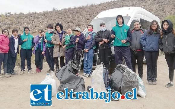 MISIÓN CUMPLIDA.- Aquí los niños nos muestran parte de las bolsas llenas de basura que recolectaron en Laguna del Copín.
