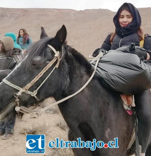 UN GRAN TRABAJO.- Esta niñas cargó en este caballo una de las bolsas con botellas y desechos sólidos.