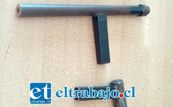 Carabineros de la comuna de Santa María incautó esta escopeta hechiza en poder de tres sujetos quienes se movilizaban en un vehículo.