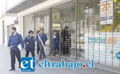 Personal de la PDI efectuando las primeras diligencias en la Farmacia Salcobrand en calle Combate de Las Coimas de San Felipe, la mañana de ayer lunes.