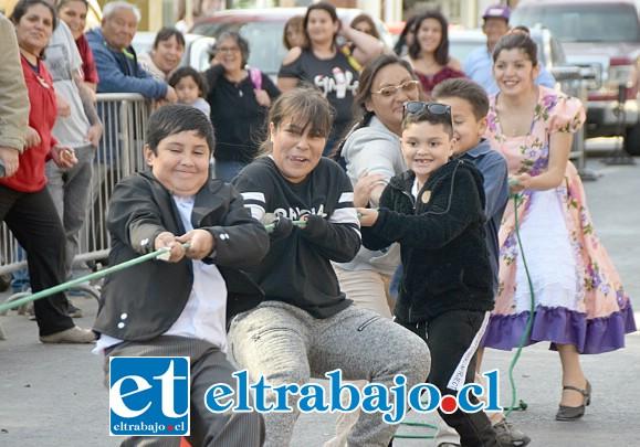 CON FUERZA Y VIGOR.- Así viven las Fiestas Patrias muchos en nuestra comuna, tirando con fuerza de la cuerda de la alegría.