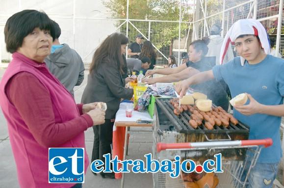 COMIDAS TÍPICAS.- Las comidas típicas estuvieron disponibles para los vecinos en Departamentos Encón, para chicos y grandes.