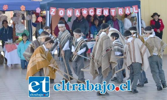 NUESTRAS RAÍCES.- En la Escuela La Higuera de Santa María, los niños también armaron sus juegos de Palín y otras actividades típicas.
