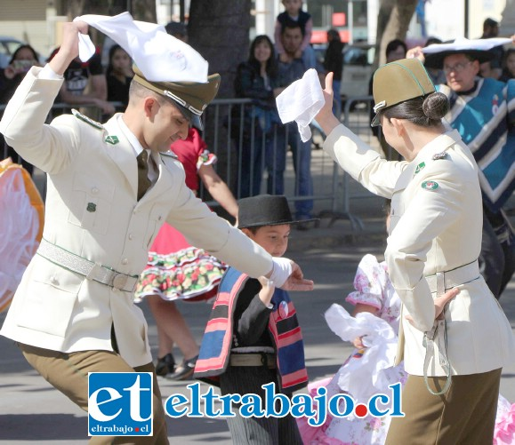 DESFILE MILITAR.- Los militares bailaron su cueca durante el Desfile Militar, definitivamente estas fiestas se vivieron como nunca antes en el Valle de Aconcagua.