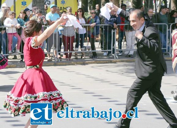 NUESTRA DANZA NACIONAL.- Max Navas, en representación del gobernador Claudio Rodríguez y por ende del Presidente Piñera, bailó también su pie de cueca.