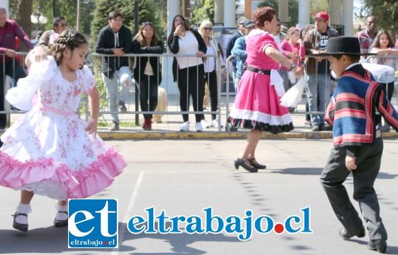 TODOS A BAILAR.- Los niños de San Felipe también ofrecieron su ofrenda artística durante el desfile militar.