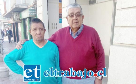 Pedro Bandes junto a su hijo, también pensionado.