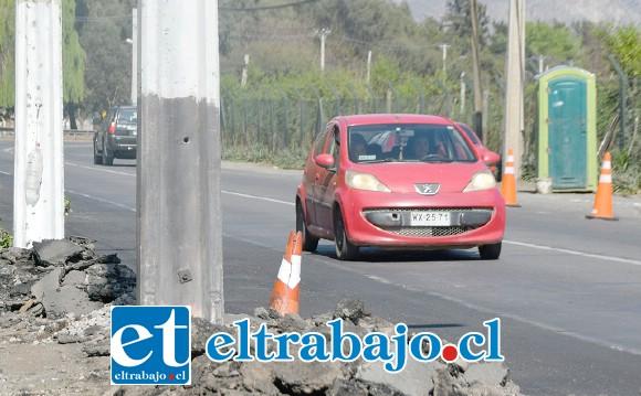¿HASTA CUÁNDO? En La Pirca también siguen estos postes peligrosamente muy cerca del límite de la carretera.