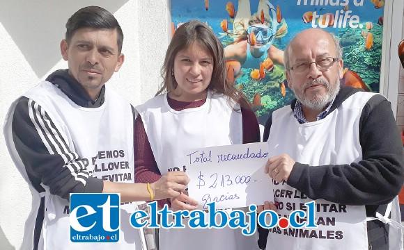 TRANSPARENCIA.- Danilo Contreras Villarreal y su hija Javiera acompañaron a Juan González para mostrar a Diario El Trabajo el monto de lo recaudado.