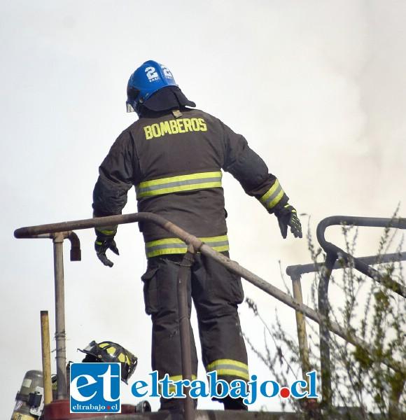 A CIEGAS.- Por minutos la visibilidad en este lugar se hizo nula para los bomberos que atendieron el desastre.