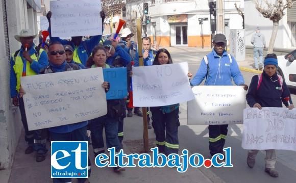 Por las céntricas calles de San Felipe marcharon ayer cerca de 40 empleados de esta empresa de parquímetros.