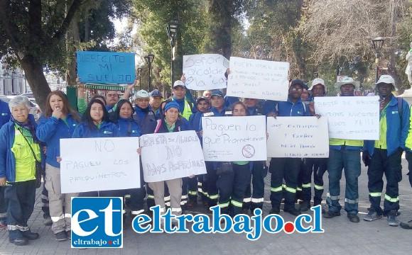 El grupo de trabajadores de parquímetros de San Felipe que paralizaron sus labores ayer.