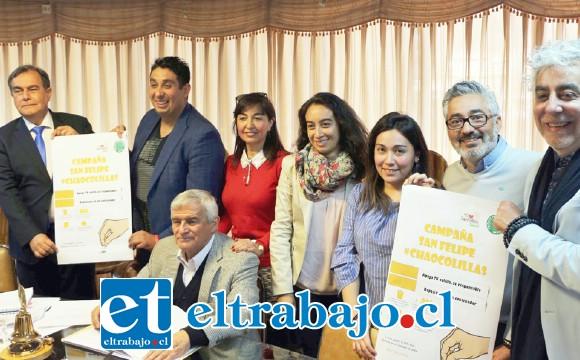 Los concejales junto a personal de la coordinación de reciclaje de la Dirección de Protección y Medioambiente (Dipma), durante el lanzamiento de la campaña '#chaocolillas'.