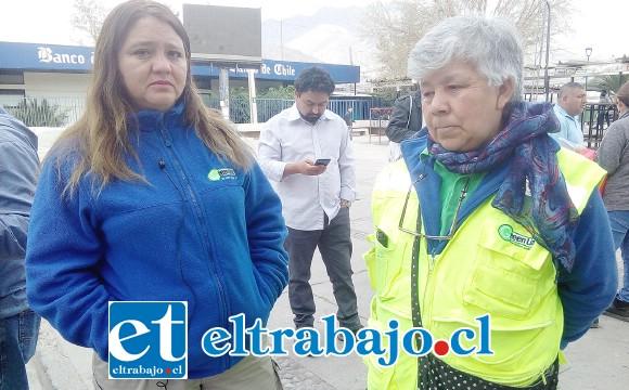 A la izquierda la presidenta del sindicato, Rosa Olivares, junto a la secretaria.