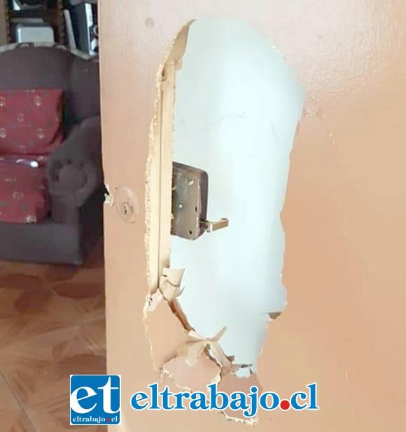 Los antisociales destruyeron la puerta principal de una de las viviendas ubicadas en la Villa Bernardo Cruz de San Felipe la tarde de este miércoles.