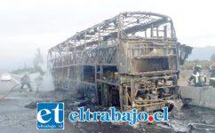 Un bus de la empresa JM resultó completamente quemado.