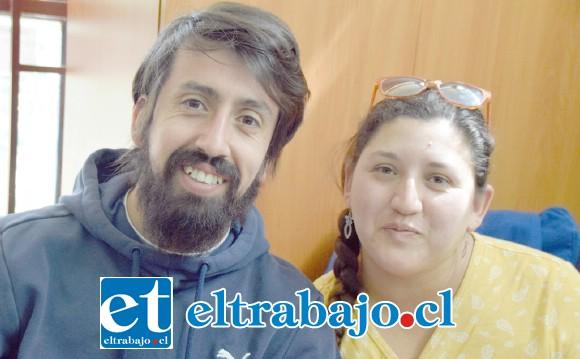ELLOS AL FRENTE.- Ariel González Landabur y la profesora de ciencias Karoline Cruz Contreras, organizadores de la feria.