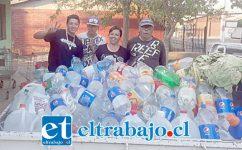 Los vecinos están bastante motivados participando en la campaña de colectar agua en bidones, botellas, lo que sea.
