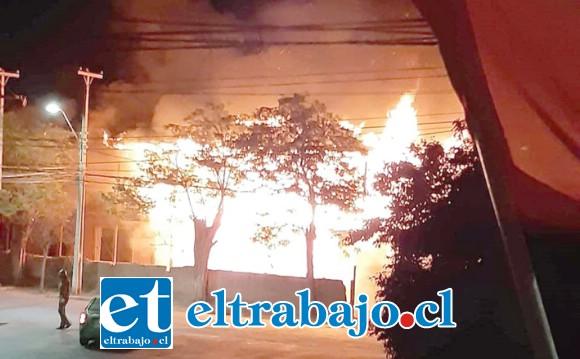 Las llamas consumieron totalmente la histórica casona ubicada en avenida Sargento Aldea en San Felipe.