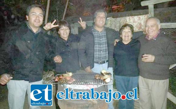 La familia y amigos celebrando uno de los últimos cumpleaños de don Julio Cossio.