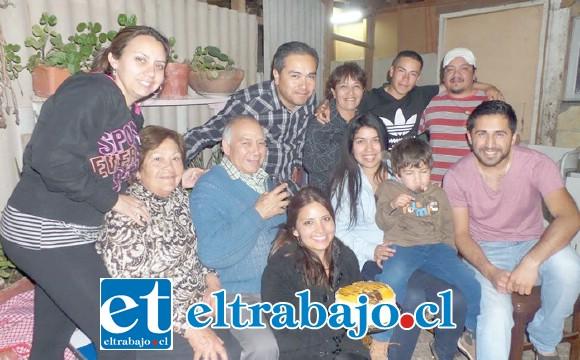 Don Julio junto a su esposa y sus tres hijos.