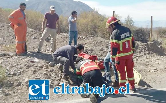 Personal de Bomberos de la comuna de Santa María asistió al motociclista a la espera de la ambulancia del Samu.