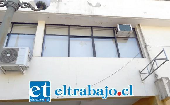 Vándalos apedrearon los vidrios de la Municipalidad de San Felipe.