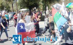 Exhibiendo una bandera chilena marchan por el centro de la ciudad de San Felipe.