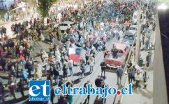 La comunidad marchando por el centro de la comuna de San Felipe.