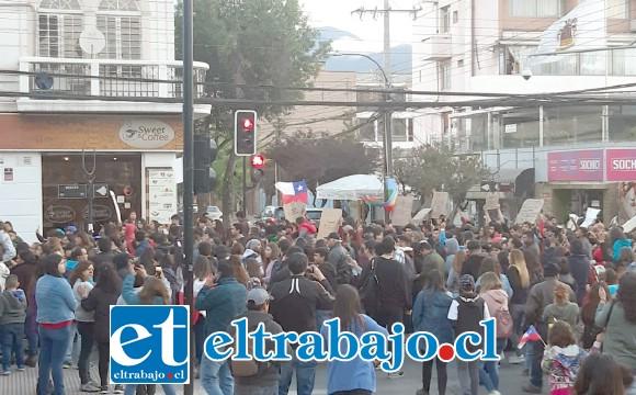 Los vecinos salieron de sus casas para manifestarse por la Plaza de Armas de San Felipe.