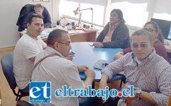 Integrantes del Sindicato Independiente de Trabajadores de la Locomoción Colectiva en la oficina de Guillermo Orellana, director de Tránsito de San Felipe.