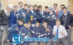 FUERZA INDUSTRIALINA.- Ellos son los industrialinos que del 22 al 25 de octubre representarán a la Escuela Industrial en la WorldSkills Chile 2019. Les acompañan algunos profesores.