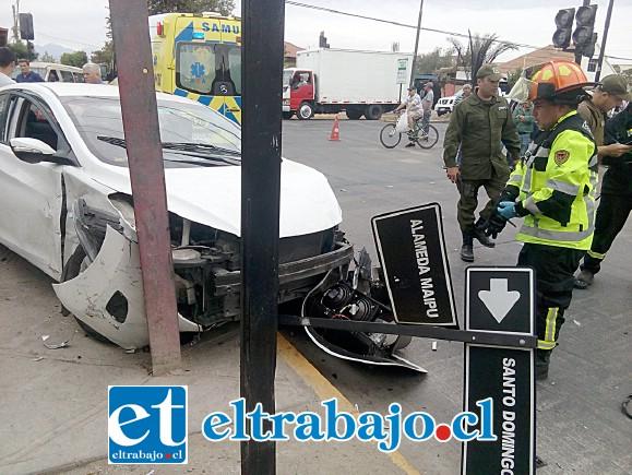 El vehículo blanco terminó estrellándose con un grueso riel de acero instalado a modo de tensor en el lugar, sufriendo serios daños al igual que el otro automóvil.