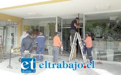 La Municipalidad reparó los daños ocasionados por encapuchados en el acceso principal al edificio.