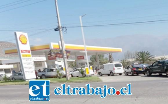 Durante la jornada de ayer domingo un alto número de automovilistas comenzaron a cargar combustible en distintas bencineras de San Felipe, ante temor de desabastecimiento.