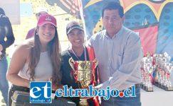 Acá vemos a Daniela Fernández recibiendo el premio de campeona nacional por parte del alcalde de Santa María, Claudio Zurita Ibarra.