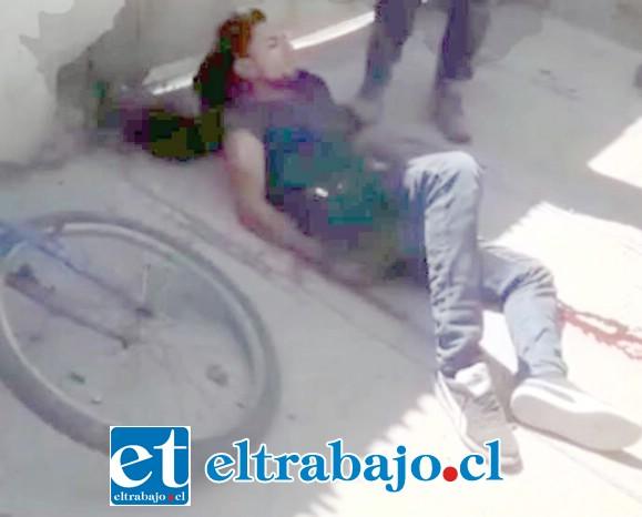 El hecho fue registrado en video por un testigo que circulaba por la vía pública en la comuna de Llay Llay la tarde de este miércoles. (Captura Video: Región 17).