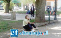 Esta joven bebe su gaseosa en el suelo, a falta de bancas en la Plaza de Armas.