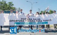 Acá vemos a un grupo de profesionales de la salud, entre ellos el doctor Manríquez, durante la marcha.
