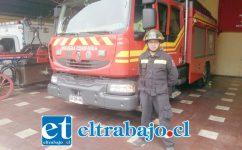 El cuartelero Felipe Mancilla Cruz junto a carros del cuartel de la Primera Compañía de San Felipe.