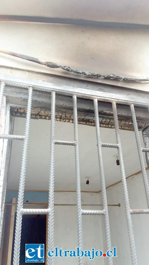 Daños en el techo y cables producto de este intento de incendio en el Campo de Entrenamientos en Quebrada Herrera.
