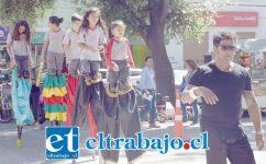 Estos niños son estudiantes zanquistas del Taller de Circo-Teatro de la Escuela José Antonio Manso de Velasco, dirigidos por el profesor Mauricio Fernández durante la jornada del Cabildo Abierto de ayer.