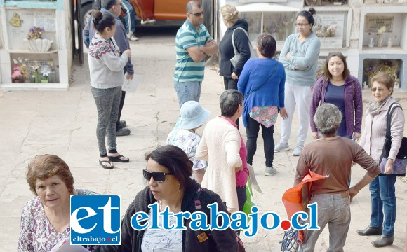 QUE ALGUIEN PONGA ORDEN.- Algunos de estos afectados fueron invitados a 'visitar' el lugar donde tienen al niño en un saco papero, como si se tratara de una atracción turística.