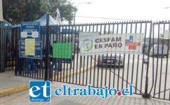 En la cerrada reja del Cesfam los letreros que indican que el centro de salud familiar se encuentra en Paro.