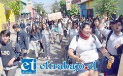 CON FIRMEZA.- Estos estudiantes sanfelipeños instalaron sus demandas con firmeza, pero en orden, sin desmanes ni violencia, en las céntricas calles de nuestra ciudad.