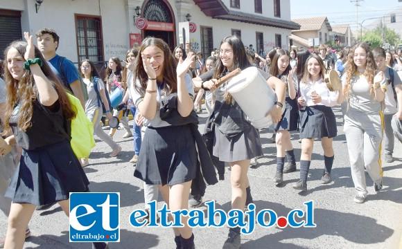 MASIVA Y ESTRUENDOSA.- Con tambores y pitos los chicos se hicieron sentir en toda la ciudad de San Felipe, varios fueron los colegios que se plegaron a esta protesta ayer martes.