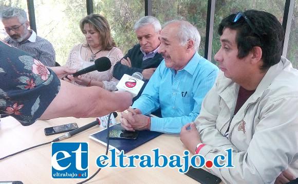 El alcalde Patricio Freire junto al concejo municipal de ayer.
