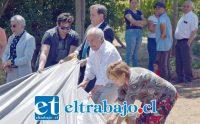 TRABAJO EN EQUIPO.- El concejal Cristian Beals y demás autoridades participaron activamente en esta jornada en terreno, para dejar instalados estos recolectores de agua.