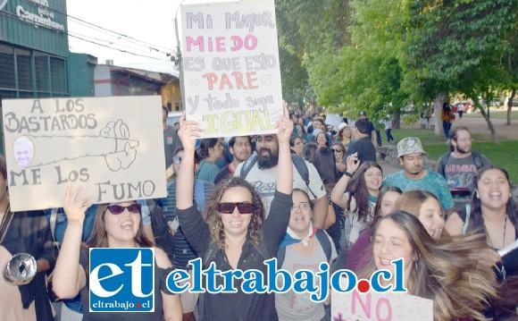 TAN CLARO COMO EL AGUA.- Los mensajes fueron claros y directos en las pancartas que estos vecinos llevaron a la marcha de ayer lunes.