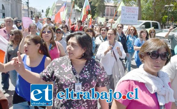 SIGUEN LAS MARCHAS.- Cientos de sanfelipeños marcharon este martes por calle Prat en dirección a Traslaviña, Merced y Plaza Cívica.